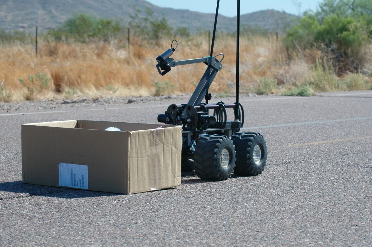 Модель применённого робота всё ещё не названа, но большинство считают, что это был MARCbot — один из самых дешёвых серийных робосапёров, закупаемых, в частности, американской армией. В зависимости от комплектации цена на него варьируется примерно от 8 до 20 тысяч долларов.