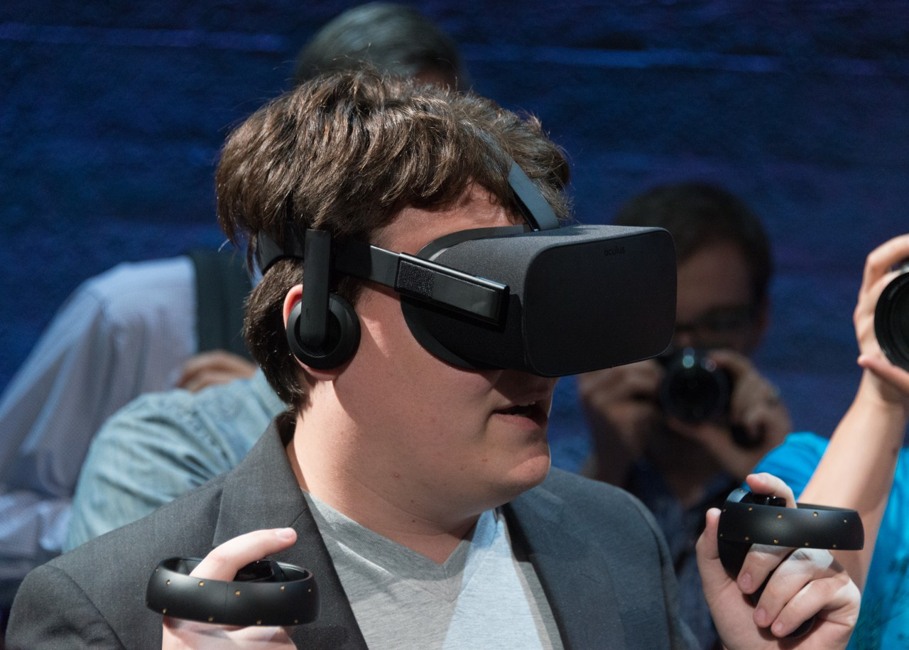 Интересно, что Палмер Лаки (здесь он запечатлён с VR-манипулятором, который Oculus готовит к старту) на словах и сегодня ещё держится принципа: популяризация VR важнее быстрой прибыли. Но практически Oculus идёт уже другой дорогой...