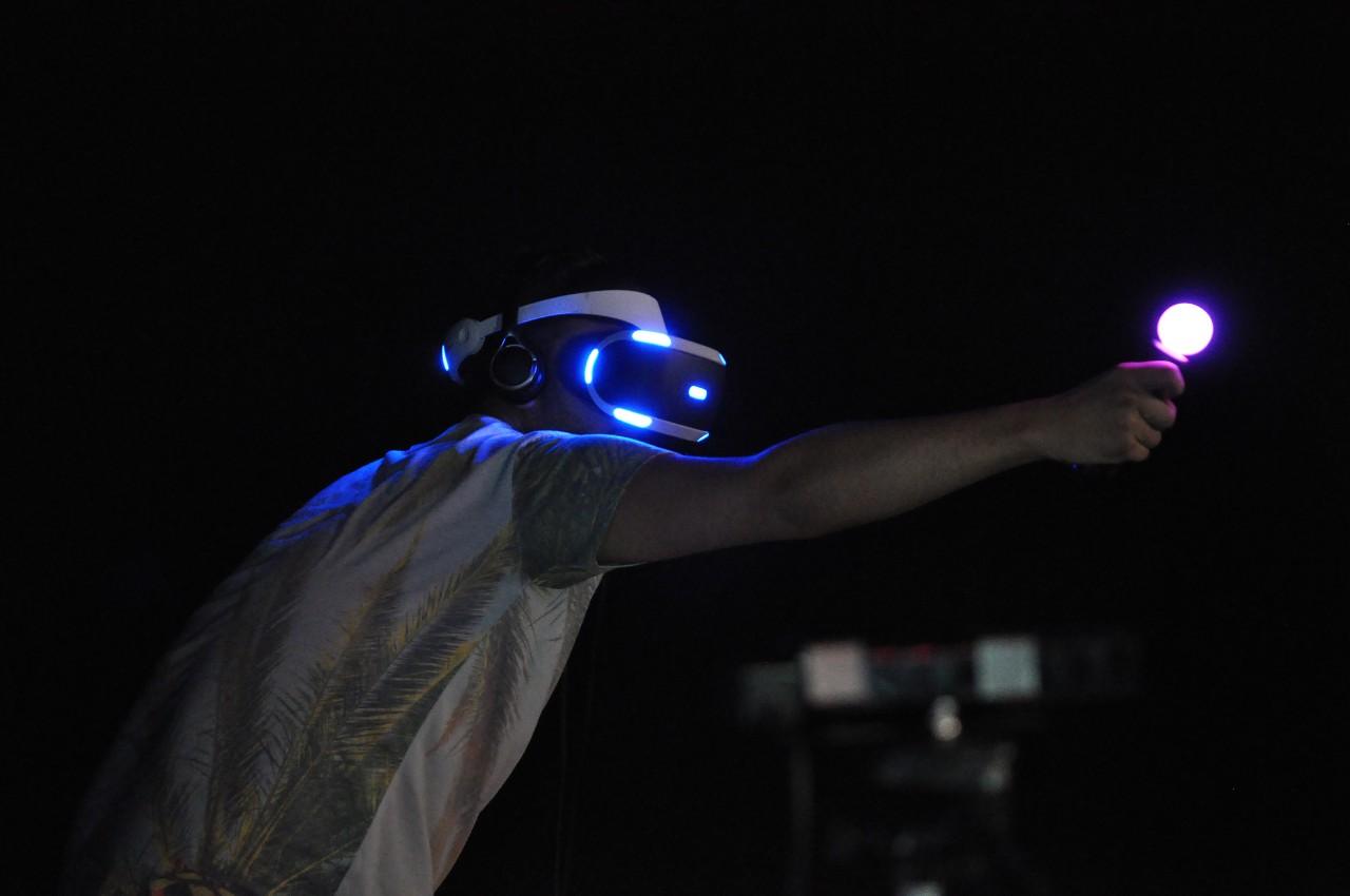 Дороговизна полноценных VR-шлемов (Oculus Rift, HTC Vive) пока сместила виртуальную реальность в игровые клубы и интернет-кафе: по крайней мере в Китае это уже бесспорная тенденция. Переломить её может Sony. Дешёвый, работающий в паре с игровой приставкой, её VR-шлем Morpheus может стать первым достаточно дешёвым продуктом в своём классе.