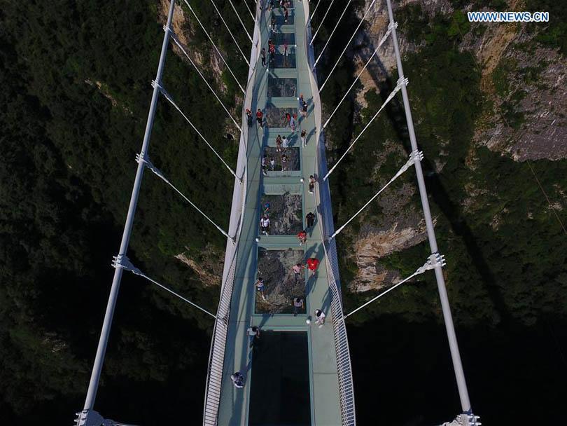 В Китае открыли самый длинный стеклянный и пешеходный мост в мире