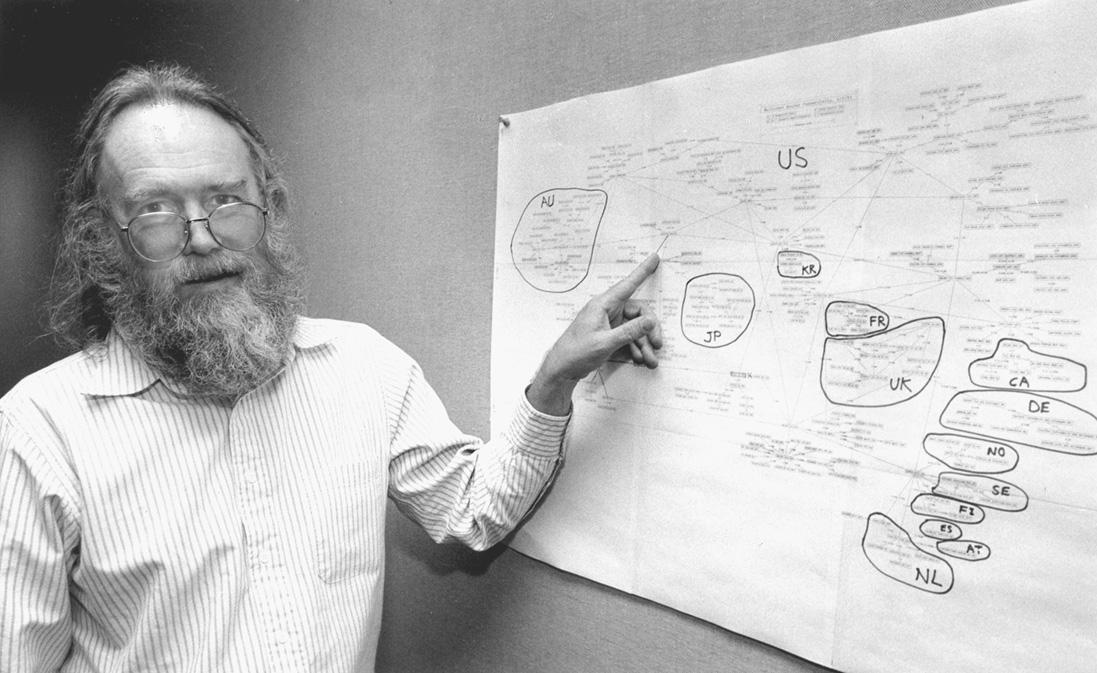 Джонатан Постел, «Бог Интернета», с картой корневой части глобальной сети в 1994 году. Автор нескольких сотен интернет-стандартов, он собственноручно сопровождал рут-зону вплоть до своей кончины в 1998-м.