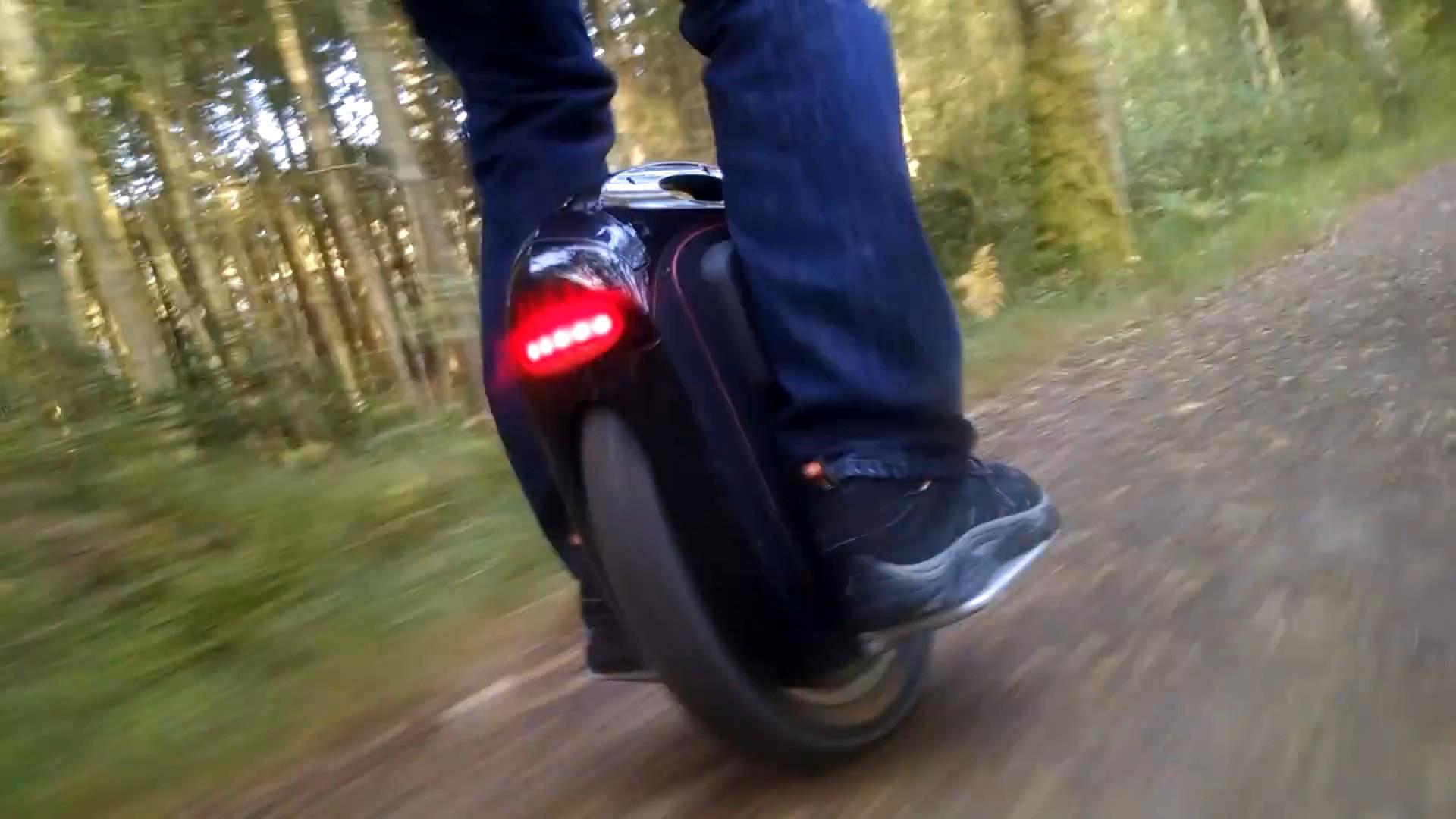 Чтобы не путаться в терминах: это моноколесо. Вопреки названию, колесо не всегда бывает одно (есть, например, двухколёсные модели Inmotion, Airwheel и др.), но оно всегда расположено между педалей. Здесь: GotWay Msuper v3 — один из самых тяжёлых, но и мощных аппаратов.