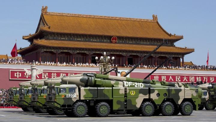 Вот они, красавицы, идущие по площади Тяньаньмэнь противокорабельные баллистические ракеты 東風-21…