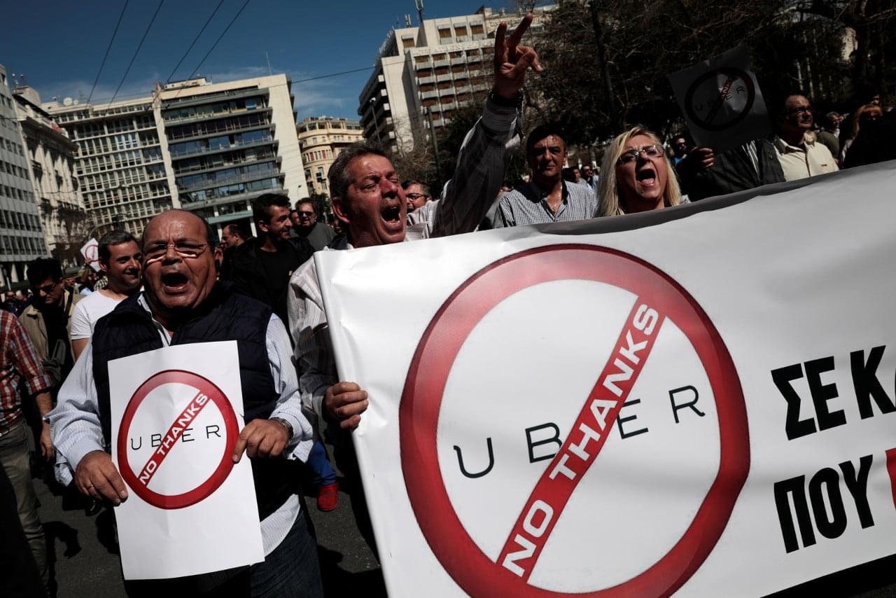Такси, вызываемое через мобильное приложение, стало одной из самых востребованных цифровых идей XXI века. Почему же в новостных лентах по слову Uber всё чаще не улыбки довольных клиентов, а протестующие толпы? Чтобы понять это, нужно разобраться, какую роль Uber и ей подобные бизнесы сами себе определили...