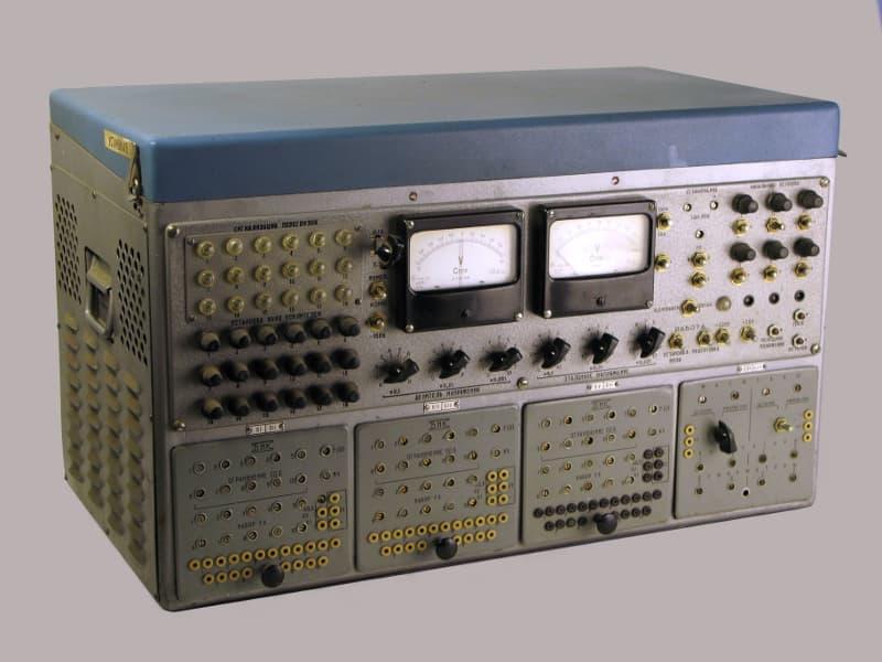 Так выглядела аналоговая ЭВМ образца 1955 года МН-7 с шестью операционными усилителями.