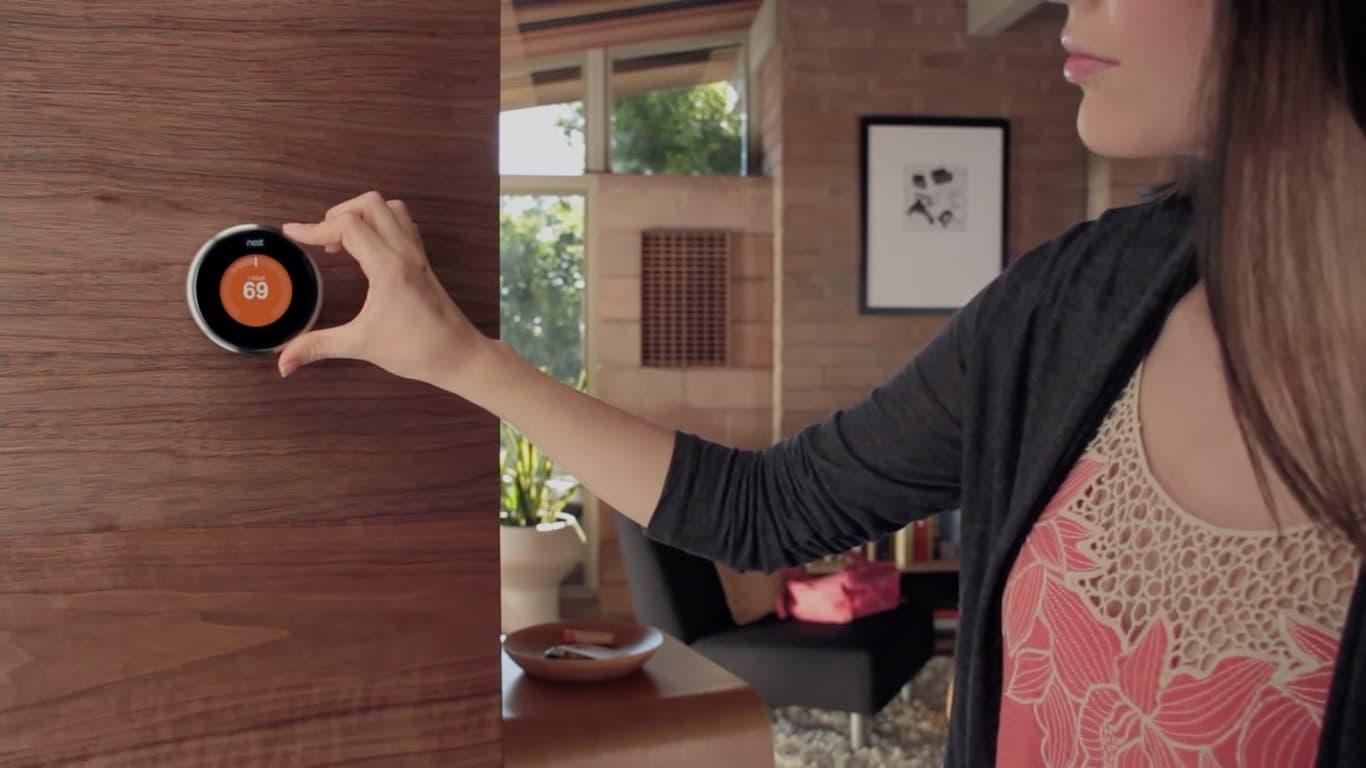 «Умный» термостат Nest следит за «погодой» в доме и самостоятельно управляет «глупой» бытовой электроникой, вроде кондиционера и системы отопления, поддерживая комфортные для хозяев условия. Естественно, подключен к интернету.