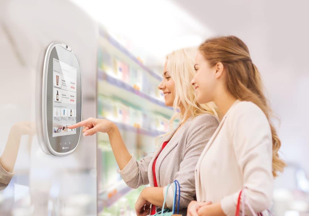Профессиональное зеркало HiMirror в магазине дает советы покупательницам (Источник - HiMirror.com)