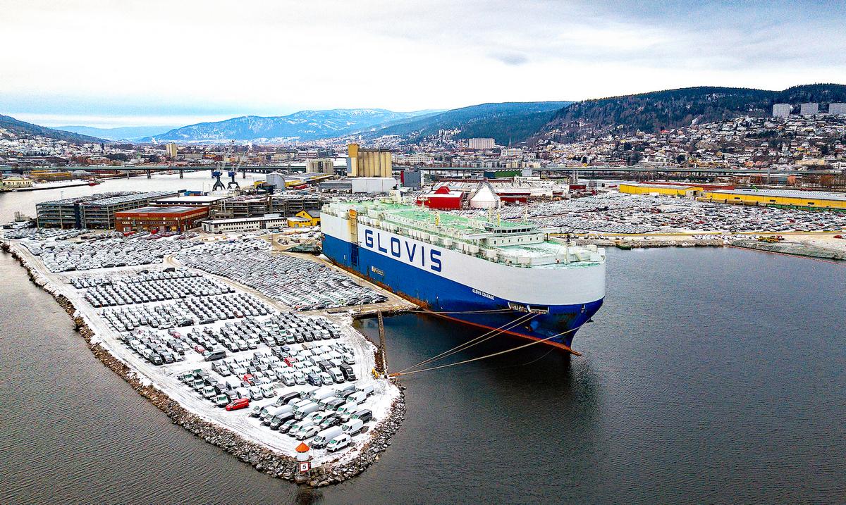 Судно Glovis Courage отвезёт 780 автомобилей Tesla из Зебрюгге в Норвегию