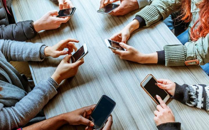 Взаимосвязь между технологией и человеческой тревожностью