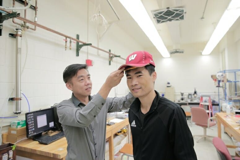 Ученые изобрели электрическую бейсболку, помогающую бороться с облысением