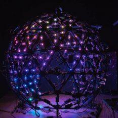 LED-сфера размером с комнату создает 3D-модели людей