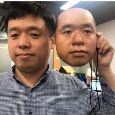 """Исследователи обхитрили систему распознавания лиц с помощью """"пугающей"""" маски"""