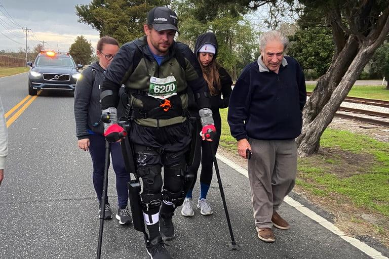 Парализованный мужчина побил мировой рекорд, пройдя марафон в экзоскелете