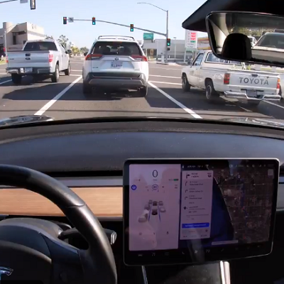 Машины Tesla теперь распознают светофоры и знаки