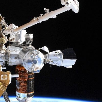 Часть скафандра астронавта оторвалась во время выхода в открытый космос