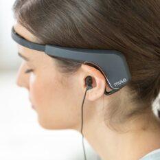 Умные обручи для головы помогают научиться контролировать уровень стресса
